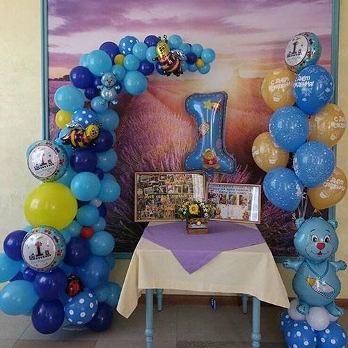 Голубая колонна из шаров