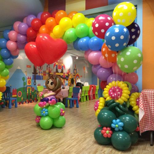 Разноцветная композиция с большими шарами