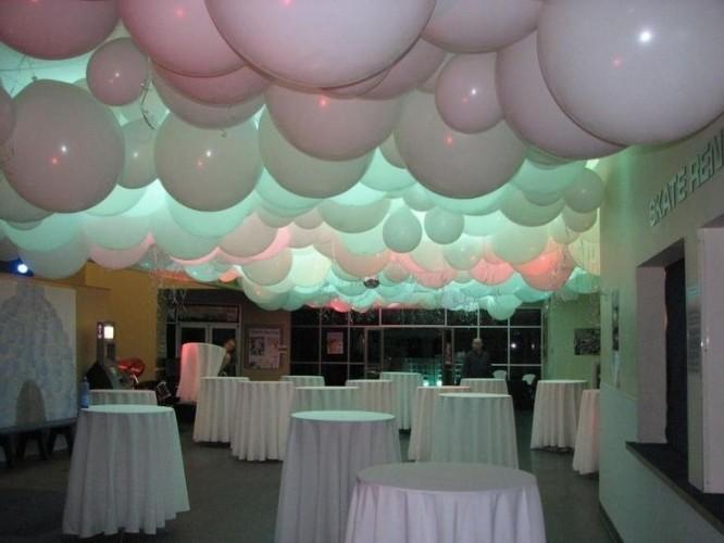 Большие белые шары под потолок