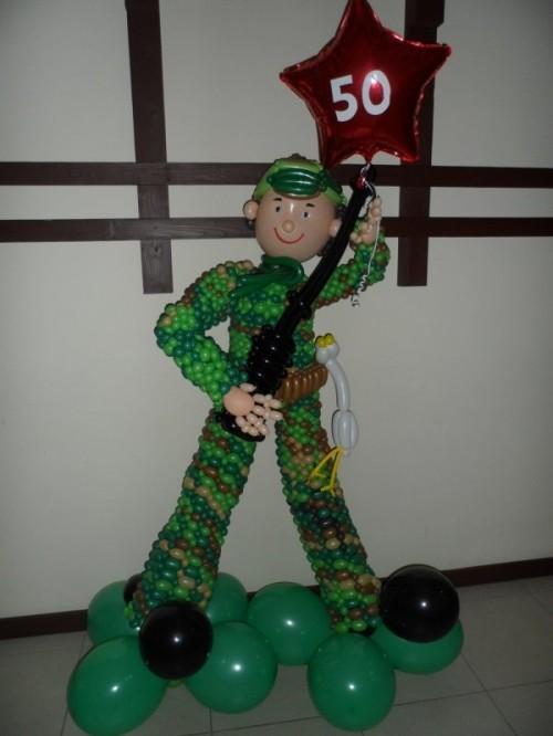 Фигура солдата из шаров