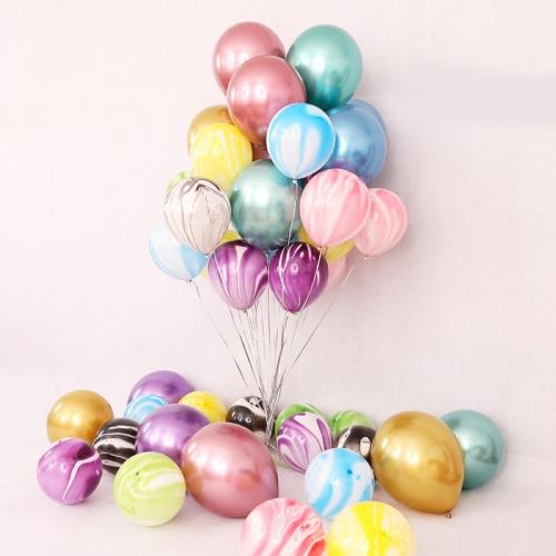 Композиция из разноцветных шаров