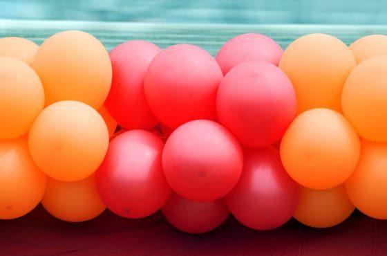 Гирлянда из красных и оранжевых воздушных шаров
