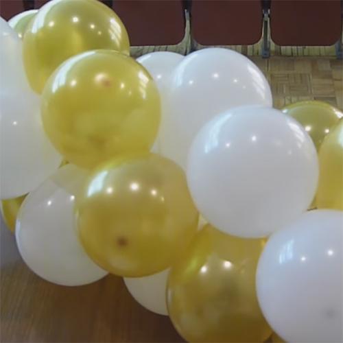 Готовая гирлянда из золотых и белых шариков