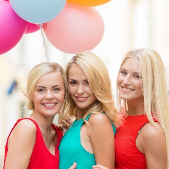 Выпускницы с воздушными шарами