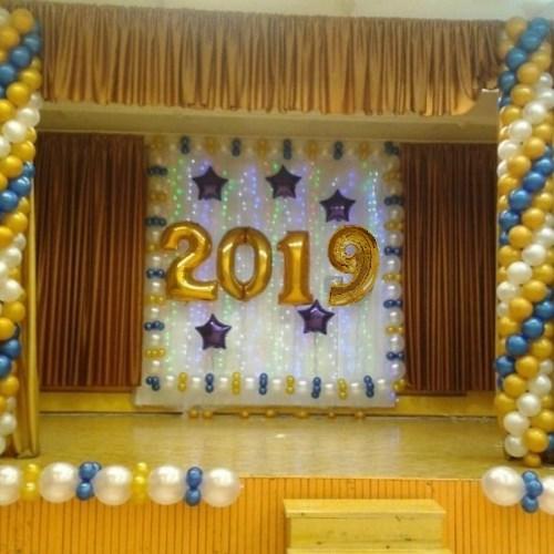 Оформленная воздушными шарами сцена на выпускной
